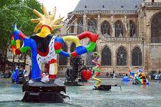 """Paris. Mobiles aquatiques de Niki de Saint Phalle et Jean Tinguely devant l'église Saint Merry. """"L'oiseau de feu"""""""