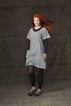 """Frühjahrsmode Basic 2013 - Das Model präsentiert eine Kombination aus einem schwarzen Seidentrikotshirt, das mit dem Muster """"Svalört"""" versehen ist, und der Tunika """"Sippa"""" aus Baumwolle/Modal in Graumelange."""