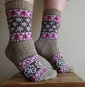 Sydämeni laulu (Song of My Heart) socks were originally designed for a sock design contest that was launched to celebrate the 100 years of independency in Finland in The stranded patterns feature Finnish nature and four seasons. Sydämeni laulu sock d Knitted Socks Free Pattern, Baby Knitting Patterns, Knitting Designs, Knitting Socks, Lace Socks, Wool Socks, Knit Stitches For Beginners, Knitted Baby Blankets, Designer Socks
