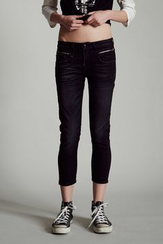 Cropped Skinny Jean Low Rise Black wash with light sanding on thighs Zipper pockets 92% Cotton, 6%EME, 2% Elastane Machine Wash Made in Italy R13W0087-400
