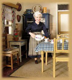 Hand sculpted dollhouse doll by Annemarie Kwikkel. Dollhouse Dolls, Dollhouse Miniatures, Dollhouse Interiors, Miniature Houses, Miniature Dolls, Tiny Dolls, Dolls Dolls, Doll House People, Polymer Clay Dolls