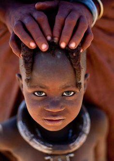 Un photographe immortalise les magnifiques tribus de l'Angola avant que leurs traditions ne disparaissent   Daily Geek Show