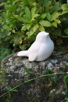 Ptačí rodinka Ptačí rodinka. Ptáčci jsou vypáleni z bílé keramiky při 900 stupních. Jsou vhodné pro další dekorování a dobrou zábavu pro maminky s dětmi. Ptáčci se dají glazovat bezvýpalovou glazurou, nebo glazurou do 150 stupňů, která se vypaluje doma v troubě. Lze využít i jako zápich na zahradu. Malá rada. Ptáčci se dají i vymalovat křídou a posléze ... Garden Sculpture, Bird, Outdoor Decor, Animals, Home Decor, Animales, Decoration Home, Animaux, Room Decor