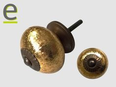 Pomelli dorati con ghiera e minuteria metallica con finitura anticata. La barra di fissaggio ha una lunghezza utile di 3 cm.  http://easy-online.it/it/shop/pomelli/pomelli-dorati-scrk-65/