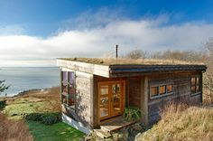 With a sod roof and weathered cedar siding, Eagle Point cabin blends with the San Juan Island landscape. It has 1 bedroom in 688 sq ft. Tiny House Movement, Architecture Baroque, Small Tiny House, Tiny Houses, Eagle Point, Cabin Floor Plans, Cedar Siding, Tiny Cabins, Wooden Cabins
