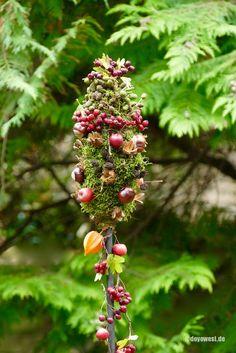 Autumn garden sticks wrapped - Karin Urban - NaturalSTyle, wound rod with natural materials. Deco Floral, Autumn Crafts, Garden Pool, Autumn Garden, Fall Diy, Natural Materials, Flower Decorations, Perennials, Outdoor Gardens