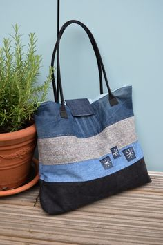 Denim Tote Bag Tutorial-by Vicky Create yourself a stylish large tote bag with this free tote bag pattern. Denim Bag Patterns, Purse Patterns, Sewing Patterns, Denim Tote Bags, Denim Purse, Diy Bag Denim, Amo Jeans, Denim Jeans, Diy Sac