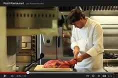 Para elaborar nuestras hamburguesas, eliminamos cuidadosamente los nervios, tendones y el exceso de grasa.    A continuación troceamos la carne en pequeños tacos que semi-congelamos para evitar que no se rompan las proteínas a la hora de triturar.     Luego condimentamos la carne, dependiendo de la especialidad que se vaya a preparar, para dar la forma y conseguir hamburguesas de 150 o 250 gr y la de Wajyu de 180 gr.    Horario: Mar - Jue: 9:00 - 17:00, Vie - Sáb: 9:00 - 3:00, Dom: 9:00…
