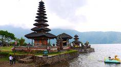 """Situé près d'un lac volcanique sacré, le complexe religieux de Pura Ulun Banu Bratan est dédié à la déesse des eaux Dewi Danu et comporte plusieurs temples sur différents îlots. Il est à la fois utilisé comme lieu de culte hindouiste et comme lieu de culte bouddhiste - Carnet de voyage """"Voyage de noces à Bali"""""""