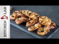Εύκολα πρέτζελ από τον Άκη Πετρετζίκη. Φτιάξτε εύκολα τα Γερμανικά pretzel και γίνει θα το αγαπημένο σας σνακ. Πρέτσελ με χοντρό αλάτι, ιδανικό και για πρωινό! Bagel, Sausage, French Toast, Brunch, Appetizers, Cooking Recipes, Homemade, Breakfast, Breads