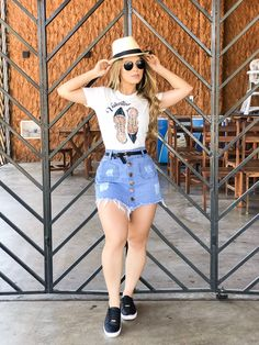 Printed tshirt with riped denim shorts. Swag Outfits For Girls, Stylish Summer Outfits, Classy Outfits, Girl Outfits, Casual Outfits, Cute Outfits, Fashion Outfits, Moda Fashion, Teen Fashion