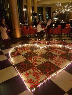 Een romantisch aanzoek in een hotel. Rozenblaadjes geleverd door Rosensueel  #romantisch #liefde #rozenblaadjes #aanzoek #trouwen #lief