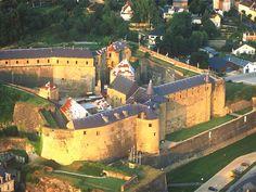 Ardennes : Sedan : Château féodal, 35 000 m², le plus grand château féodal d'Europe (XIIIe siècle), en bordure de la Meuse et de 2 ruisseaux (le Bièvre et le Vra).