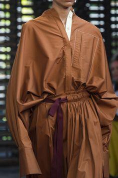 Roksanda at London Fashion Week Spring 2019 – Details Runway Photos Source by regmikeli Fashion Week, Runway Fashion, London Fashion, Fashion Trends, Fashion 2016, Fashion Ideas, Winter Fashion, S Shirt, Sweatshirt Dress