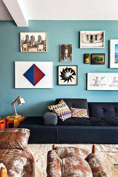 Galería sobre el sofá en el salón del arquitecto Maurício Arruda. AD España, © Ricardo Labougle