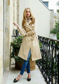 Lauren Santo Domingo casual chic wearing a classic trench over a  denim-on-denim ensemble   Ferragamo patent flats d8b551ca9e