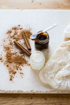 DIY: Lip-Plumping Homemade Lip Balm Scrub Try this homemade lip balm and lip scrub with cinnamon to plump your lips and protect them from dry winter air. Lip Scrub Homemade, Homemade Moisturizer, Homemade Skin Care, Homemade Beauty, Homemade Products, Vaseline, Diy Beauté, Dyi, Lip Scrubs