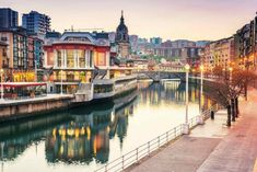 What to do in Bilbao? The best plans in Bilbao for a weekend getaway to the Basque Country. Discover what to visit in Bilbao! Basque tourism with charm. Europe Travel Guide, Spain Travel, Travel Guides, Travel Tips, Ibiza, Malaga Airport, Pisa Italy, Local Tour, Basque Country