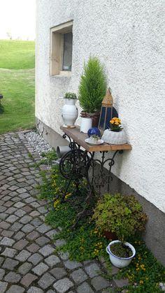 Antike Nähmaschine im Garten