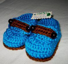 Mocasines bebé a ganchillo  Zapatitos azules y marrones hechos de lana a crochet, para bebé.