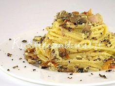 Primo piano spaghetti alla chitarra con carbonara di funghi e tartufo estivo di Manlio Midori