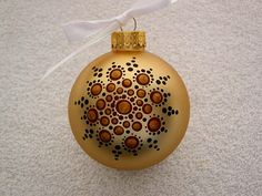 Broken Glass Art, Sea Glass Art, Stained Glass Art, Gold Glass, Glass Christmas Tree Ornaments, Hand Painted Ornaments, Christmas Bulbs, Christmas Mandala, Glass Art Design