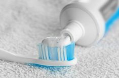 10 problems you easily solve with toothpaste- 10 problem du lätt löser med tandkräm Toothpaste is a real booster when it comes to cleaning as it both polishes and bleaches. Here are some uses you might not have been aware of: - Ufc, Bra Hacks, Cool Tables, Small Room Bedroom, Bathroom Cleaning, Green Cleaning, Homemaking, Clean House, Interior Design Living Room