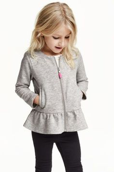 Long-sleeved cardigan in sweatshirt fabric with a zip at the front, side pockets and a flounce at the hem. The cotton in the cardigan is organic. Winter Outfits For Girls, Kids Outfits Girls, Trendy Outfits, Girl Outfits, Kids Girls, Little Girl Dresses, Fashion Kids, Fashion Clothes, Clothing Patterns
