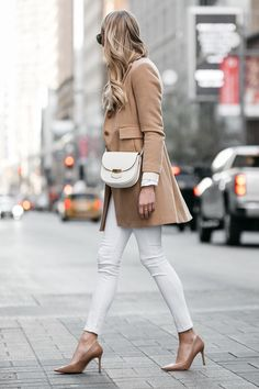 Is it okay to wear white after Labor Day? If you rock a put-together winter white outfit, then absolutely! Read my tips for creating a classic winter white outfit with the coziest cold-weather coat to break up your all-white look. Blazer Jeans, Look Blazer, Denim Jeans, Jeans Skinny Branco, White Skinny Jeans, Skinny Fit, Ropa Semi Formal, Outfit Elegantes, Casual Outfits