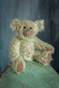 My name is Jacen, again one of the new Muppie's Bears Autumn 2020 collection! I am made of a very soft curly green, authentic Schulte mohair with an underlaying brown underlay as you can see on my feet and cheeks. Height standing: 17 cm (6.7 inches) Height sitting: 12 cm (4.7 inches) I hope to meet my adoption parents very soon!!! Little Gifts, Bears, Adoption, Parents, Curly, Teddy Bear, Meet, Autumn, Brown