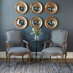 Amenajare în stilul vintage: Cum să dai locuinței tale mai multă personalitate și un farmec nostalgic #mobexpert #mobexpertblog #amenajarecasa #amenajarevintage Round Wood Mirror, Antiqued Mirror, Convex Mirror, Rustic Dining Chairs, Grey Armchair, Mirror Wall Art, Mirror Glass, Mirror Set, Rustic Furniture