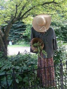 34 Inspiring Garden Scarecrow - Home Design Backyard Garden Landscape, Garden Landscaping, Backyard Ponds, Garden Oasis, Big Garden, Terrace Garden, Herb Garden, Garden Crafts, Garden Projects