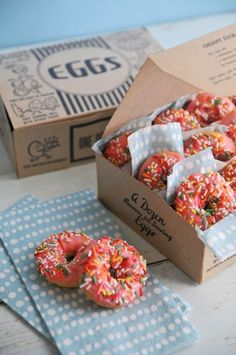 These mini donuts are to die for. How adorable are these? Put them in adorable boxes and serve to your guests as a parting gift-- or pass them around for a delicious end of party treat! Mini Donuts, Doughnut, Donuts Donuts, Junk Food, Bake Sale Recipes, Food Porn, Vintage Baking, Donut Recipes, Food Packaging