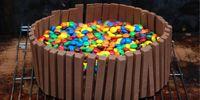 Συνταγή για απίστευτο κέικ σοκολάτας με Kit Kat και M&M's!