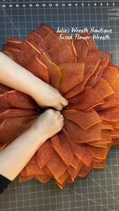 Diy Crafts For Home Decor, Fun Diy Crafts, Wreath Crafts, Diy Wreath, Burlap Wreath Tutorial, Wreath Making, Wreath Ideas, Burlap Flower Wreaths, Deco Mesh Wreaths