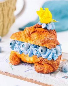 This simple but oh-so-satisfying brekkie of a freshly-baked flaky croissant 🥐stuffed with blue spirulina cream and blueberries 💙 is perfect with a steaming cuppa ☕ Healthy Vegan Desserts, Vegan Treats, Yummy Treats, Delicious Desserts, Vegan Recipes, Rainbow Food, Eat The Rainbow, Crepe Suzette, Blue Spirulina