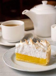 Он же – легендарный американский Lemon Meringue Pie. Сразу скажу, что десерт этот очень сладкий, поэтому есть его нужно дозированно (по крайней мере, на мой вкус) и с несладким чаем. В принципе, можно попробовать сократить количество сахара в лимонной части – меренгу лучше в этом плане не трогать, потому что…