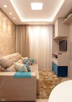 Ideia Prateleira no topo para otimizar espaços. Sofá claro detalhe da cor para almofadas e puf.Apartamento de apenas 37 m² tem dois confortáveis dormitórios - Casa