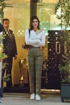 Evaluate the Kendall Jenner form file, the best looks put on by on pattern Kendall. Ropa Kylie Jenner, Estilo Jenner, Kendall Jenner Outfits, Kendall Jenner Nails, Kendall Jenner Modeling, School Looks, Model Outfits, Cute Outfits, Moda Preppy
