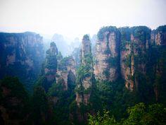 Teil 1 von China: Guilin mit Ausflügen zu den Longshen-Reisterassen und auf dem Li-River bis nach Yangshuo. Fenghuang mit der schönen Altstadt und dem Fluss. Zhangjiajie mit Ausflügen zum Avatar-Mountain und Tianmen-Mountain. Zhangjiajie, Guilin, Travel Photos, Places To Go, Things To Do, China, Water, Outdoor, River