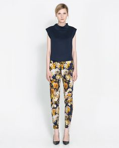 Celebrities who wear, use, or own Zara Mustard Floral Print Trousers. Also discover the movies, TV shows, and events associated with Zara Mustard Floral Print Trousers. Trousers Women, Pants For Women, Zara Trousers, Collection Zara, Floral Print Pants, Printed Trousers, Zara Women, Black Skinnies, Autumn Fashion