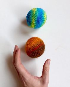 How to knit a simple ball. 2 easy, free knitting patterns: one to knit flat, one to knit in-the-round