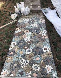 How do I create a pebble mosaic? Prepare the stones and sort them - DIY garden decoration - How do I create a pebble mosaic? Prepare the stones and sort them How do I create a pebble mosaic? Unique Garden, Colourful Garden Ideas, Garden Ideas For Small Spaces, Back Garden Ideas, Simple Garden Ideas, Front Garden Path, Pebble Mosaic, Mosaic Walkway, Rock Mosaic