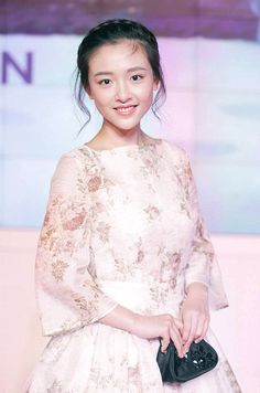 A Chinese actress ruffled a few feathers when she asked Prince William to sample a local delicacy of duck necks. Wu Qian met the Duke of Cambridge at the premier of Paddington in Shanghai Asian Celebrities, Asian Actors, Korean Actors, Beautiful Chinese Girl, Beautiful Asian Women, Prettiest Actresses, Beautiful Actresses, Korean Beauty Girls, Asian Beauty