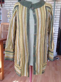 Trøje i 50 % uld og 50 % silke.  Mønster er fra Drops design. Farverne er eget design.
