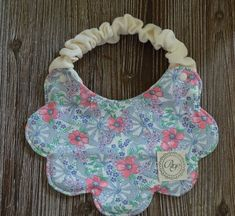 Tie with ribbon instead of scrunchy Baby Sewing Projects, Sewing For Kids, Baby Bibs Patterns, Bib Pattern, Baby Needs, Baby Crafts, Cool Baby Stuff, Baby Accessories, Baby Quilts