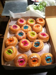 For Maxwell Braun birthday! How to do it Donuts Candy… Donut monsters! For Maxwell Braun birthday! How to do it Donuts Candy… Halloween Donuts, Halloween Desserts, Halloween Goodie Bags, Hallowen Food, Halloween Treats For Kids, Holiday Treats, Halloween Dinner, Halloween Tanz, Megan Maxwell