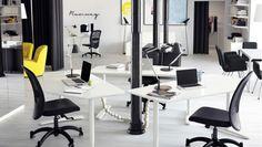 Pr-byrå möblerad med skrivbord, snurrfåtöljer och lädersoffa