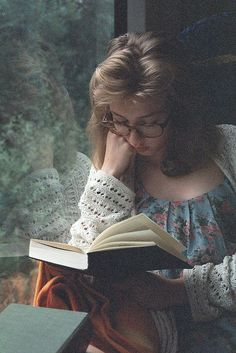 Why is a picture of a woman reading a book, not sexy, but alluring? I Love Books, My Books, Reading Books, Book Photography, Portrait Photography, Scenery Photography, Book Aesthetic, Woman Reading, Foto Art