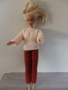 Ensemble pantalon et pull pour poupée Barbie Barbie Clothes, Pull, Dressing, Diy, Style, Fashion, Barbie Knitting Patterns, Barbie Outfits, Barbie